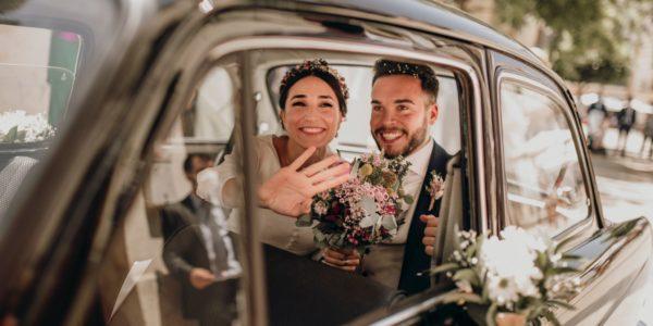 Ana y Joan irradian felicidad en el coche nupcial tras el 'Sí quiero'